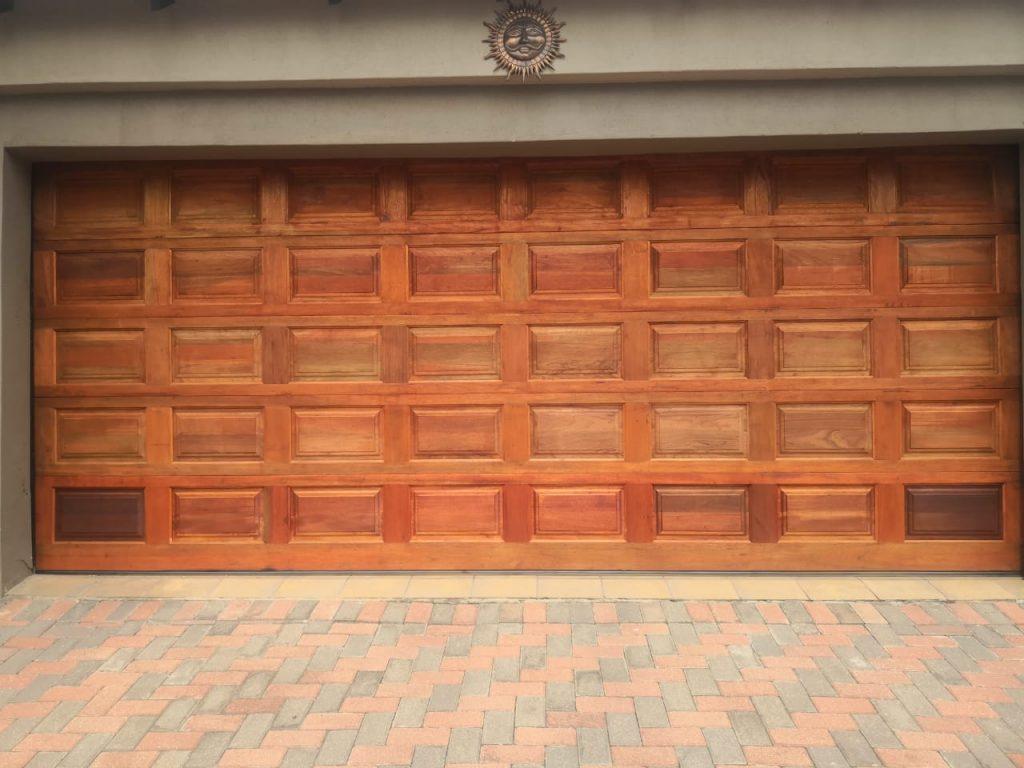 Stunning garage door - Greenstone